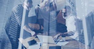 Concepto de exposición doble Equipo joven del negocio que hace la gran discusión en desván coworking moderno Hombre de negocios b fotografía de archivo