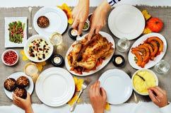 Concepto de familia de la celebración del plato principal de Autumn Thanksgiving Imagen de archivo libre de regalías
