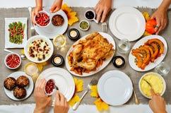 Concepto de familia de la celebración del plato principal de Autumn Thanksgiving Imágenes de archivo libres de regalías