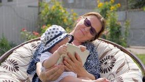 Concepto de familia feliz Abuela con la nieta almacen de video