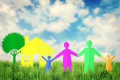 Concepto de familia feliz cerca de su hogar al aire libre Imágenes de archivo libres de regalías