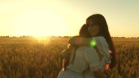 : Concepto de familia feliz hija adulta en brazos de ella metrajes