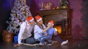 Concepto de familia feliz La mamá puso el sombrero de la Navidad en su hijo querido Cámara lenta almacen de metraje de vídeo