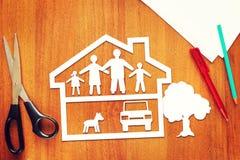 Concepto de familia feliz llena en su casa fotos de archivo libres de regalías