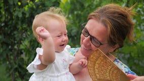 Concepto de familia feliz Mujer y niño Más viejo y más joven Señoras hermosas almacen de video