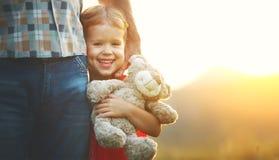Concepto de familia muchacha en el abrazo del papá Foto de archivo libre de regalías