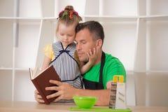 Concepto de familia, niña linda con el padre Foto de archivo libre de regalías