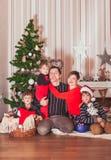 Concepto de familia que celebra día de fiesta del Año Nuevo Imágenes de archivo libres de regalías