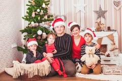 Concepto de familia que celebra día de fiesta del Año Nuevo Imagen de archivo libre de regalías