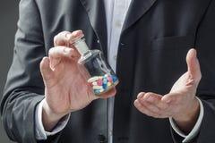 Concepto de farmacéutico que habla de su producto médico fotografía de archivo libre de regalías
