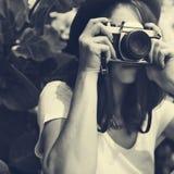 Concepto de Focus Shooting Nature del fotógrafo de la cámara de la muchacha Foto de archivo