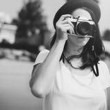 Concepto de Focus Shooting Nature del fotógrafo de la cámara de la muchacha Imagen de archivo libre de regalías