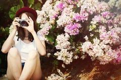 Concepto de Focus Shooting Nature del fotógrafo de la cámara de la muchacha Imagenes de archivo