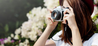 Concepto de Focus Shooting Nature del fotógrafo de la cámara de la muchacha Imágenes de archivo libres de regalías