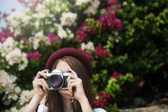 Concepto de Focus Shooting Nature del fotógrafo de la cámara de la muchacha Fotografía de archivo