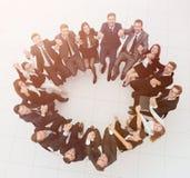 Concepto de formación de equipo equipo acertado grande del negocio que se sienta en un círculo Imagen de archivo libre de regalías