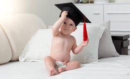 Concepto de genio del bebé Bebé en casquillo de la graduación Fotos de archivo