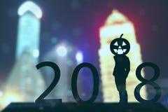 concepto de Halloween de 2018 años, soporte del hombre de negocios de la silueta con tendencia del feliz Halloween de la linterna fotografía de archivo libre de regalías