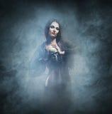 Concepto de Halloween: bruja joven y atractiva Imagen de archivo