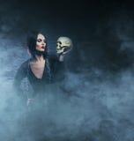 Concepto de Halloween: bruja joven y atractiva Fotografía de archivo libre de regalías