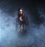 Concepto de Halloween: bruja joven y atractiva Imagenes de archivo