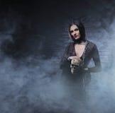 Concepto de Halloween: bruja joven y atractiva Fotografía de archivo