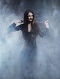 Concepto de Halloween: bruja joven y atractiva en la mazmorra Imagen de archivo