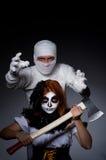 Concepto de Halloween con la momia y la mujer Imagen de archivo libre de regalías