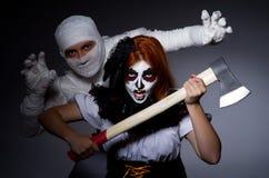 Concepto de Halloween con la momia y la mujer Foto de archivo libre de regalías