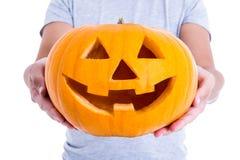 Concepto de Halloween - Jack-O-linterna de la calabaza en las manos masculinas imágenes de archivo libres de regalías