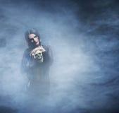 Concepto de Halloween: la bruja joven y atractiva hace la brujería Fotografía de archivo libre de regalías