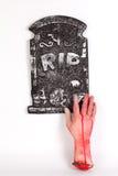 Concepto de Halloween, mano del zombi que sube hacia fuera del isolat de tierra Fotografía de archivo libre de regalías
