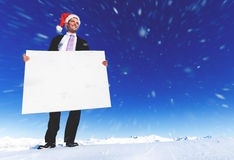 Concepto de Holding Blank Placard del hombre de negocios de la Navidad foto de archivo