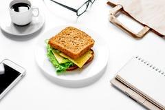 Concepto de hora de la almuerzo en la mofa de la opinión superior del trabajo para arriba Fotos de archivo