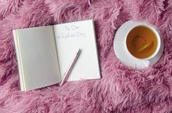 Concepto de hora de planificación para la relajación Cuaderno con handwritting Plan del día a relajarse imagenes de archivo