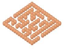 Concepto de huevos que fijan la forma del laberinto o del laberinto en blanco Fotografía de archivo