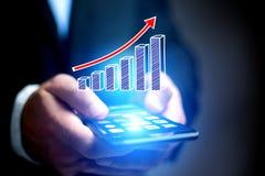 Concepto de icono del gráfico de negocio que vuela hacia fuera un smartphone - technol Fotografía de archivo