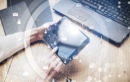Concepto de interfaces virtuales, iconos digitales, conexiones en línea Tableta femenina de la pantalla táctil del finger de la v Imagen de archivo libre de regalías