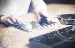 Concepto de interfaces virtuales, iconos digitales, conexiones en línea Tableta negra conmovedora de la pantalla del finger femen Imágenes de archivo libres de regalías