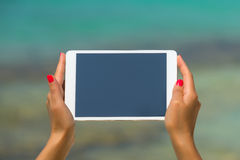 Concepto de Internet y de comunicación en blanco vacie el comput de la tableta Fotos de archivo libres de regalías