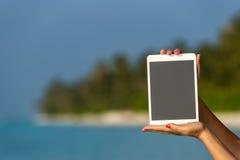 Concepto de Internet y de comunicación en blanco vacie el comput de la tableta Foto de archivo libre de regalías