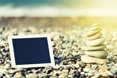 Concepto de Internet y de comunicación. tableta en blanco encendido Fotos de archivo libres de regalías