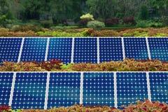 Concepto de jardín del panel solar imagenes de archivo
