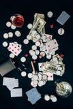 Concepto de juego con alcohol en la tabla del casino con las tarjetas imagen de archivo