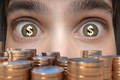 Concepto de juego El hombre joven ve mucho dinero y tiene dólar firma adentro sus ojos fotos de archivo
