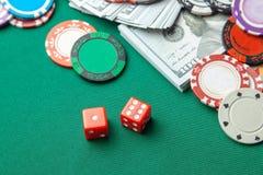 Concepto de juego en el casino, póker de los deportes Dados rojos del juego y microprocesadores coloreados con los dólares del ef fotos de archivo