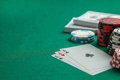 Concepto de juego en el casino, póker de los deportes Tarjetas de juego y microprocesadores coloreados con los dólares del dinero fotografía de archivo