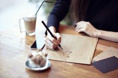 Concepto de la actividad del primer Disposiciones inmóviles Tabla de madera en un café Foto de archivo