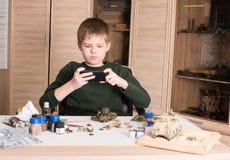 Concepto de la afición y del ocio Muchacho adolescente con el smartphone que toma pictu Fotos de archivo