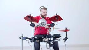 Concepto de la afición y de la música Hombre joven que se divierte que juega el tambor electrónico Kit At Home almacen de video